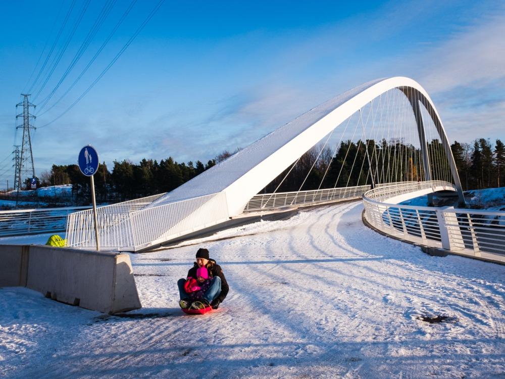 Isoisänsilta Kalasatama Helsinki lumi pulkka pulkkamäki pulkalla laskijat