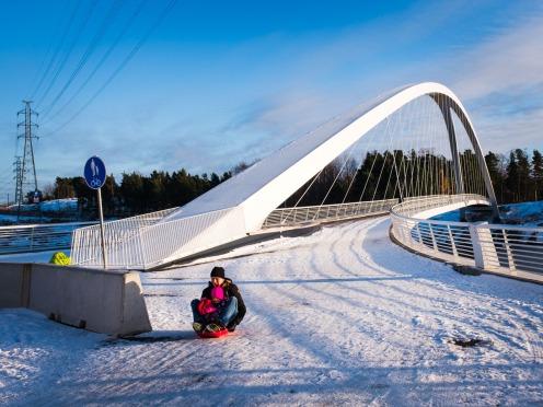 Kalasatamassa Isoisänsillalla pulkalla laskua talvella 5.11.2016