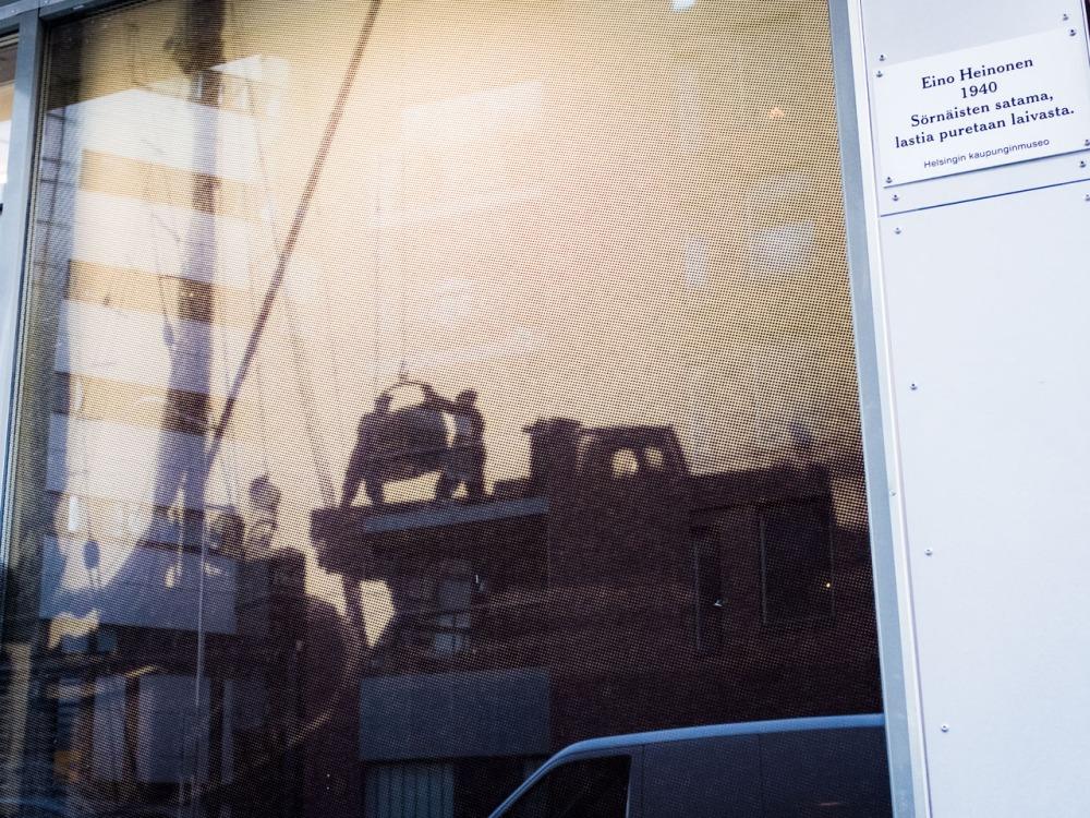 Eino Heinonen ikkuna 1940 Sörnäisten satama, lastia puretaan laivasta Leonkatu