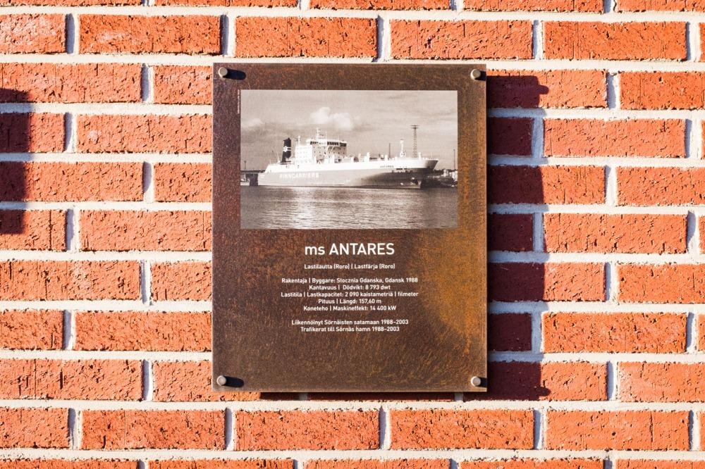 Laiva ms Antareksen kyltti Antareksenkadulla Kalasatamassa Sörnäistenniemellä