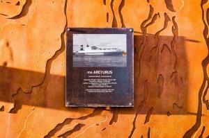 Laiva ms Arcturuksen kyltti Arcturuksenkadulla Kalasatamassa Sörnäistenniemellä