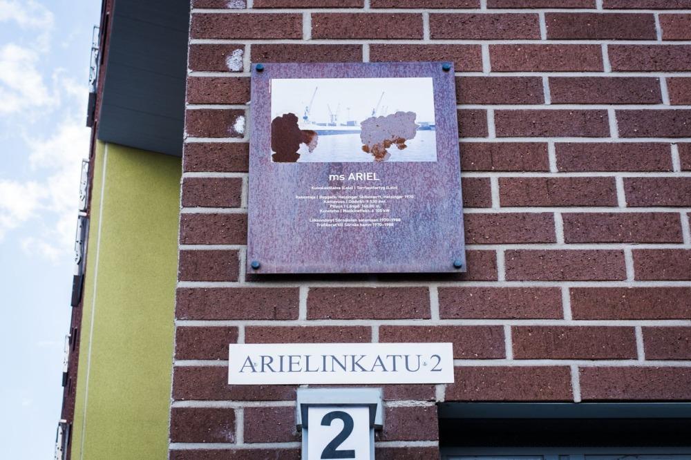 Kuivalastilaiva ms Arielin kyltti Arielinkadulla Kalasatamassa Sörnäistenniemellä