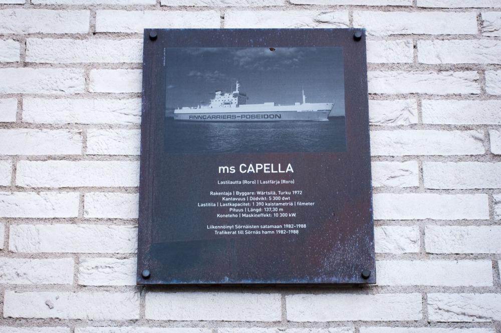 Laiva ms Capellan kyltti Capellan puistotiellä Kalasatamassa Sörnäistenniemellä