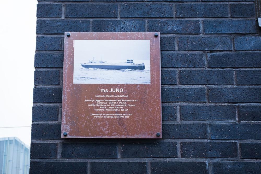 Laiva ms Junon kyltti Junonkadulla Kalasatamassa Sörnäistenniemellä