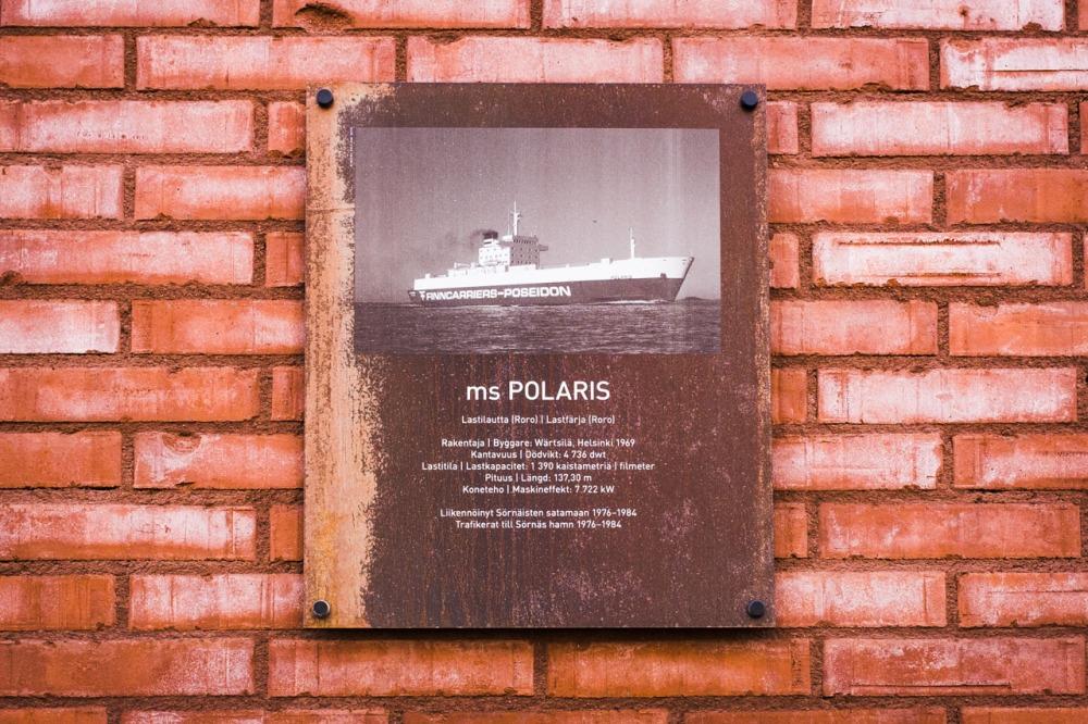 Laiva ms Polariksen kyltti Polariksenkadulla Kalasatamassa Sörnäistenniemellä