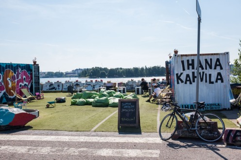 Ihana Kahvilassa on 2 merikonttia, joista kuvassa vasemman puoleisessa sijaitsee itse myymälä ja oikeanpuoleisessa on wc ja varastotilaa.