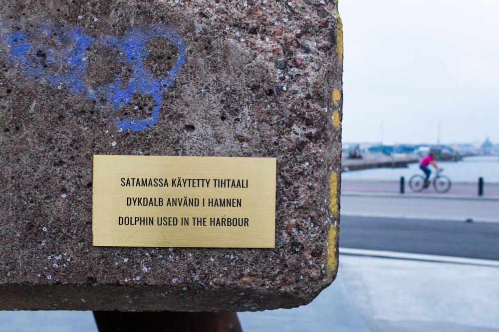 Sörnäisten satamassa käytetty tihtaali sijaitsee nykyään Kalasatamanpuistossa Parrulaiturin aukiolla