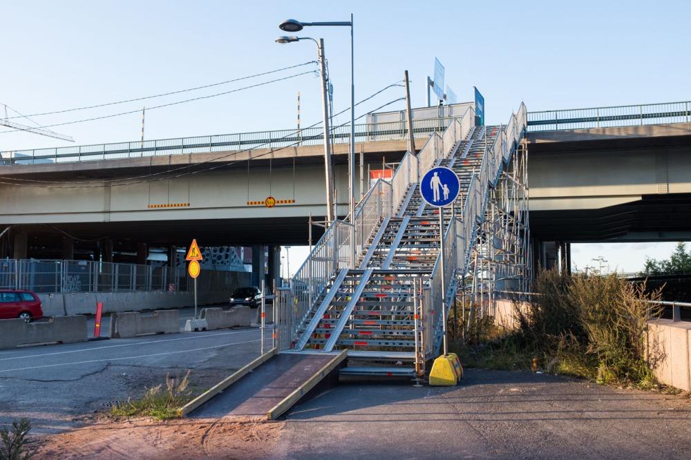 Capellan puistotieltä pääsee Itäväylän itään vievien bussilinjojen pysäkille jyrkkien työmaaportaiden avulla. Täysin esteettömät ne eivät ole.