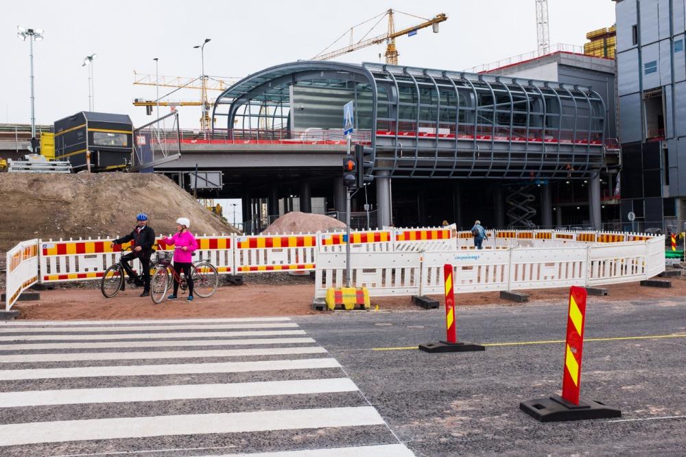 Kevyt liikenne joutuu nyt seisomaan valoissa Kalasataman metroasemalle mennessä. Valoissa kannattaa painaa vihreää nappia, en tiedä vaihtovatko ne muutoin vihreäksi.