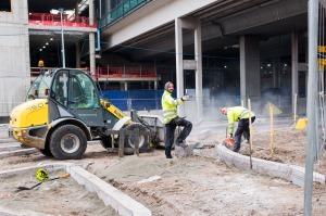 Työmiehiä töissä Kalasataman metroaseman alla.