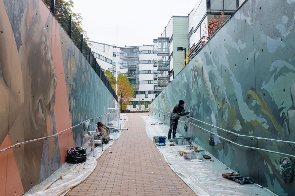 Ympäristöä elävöittävää katutaidetta maalataan 50 metriä pitkään ramppiin Kalasatamassa.
