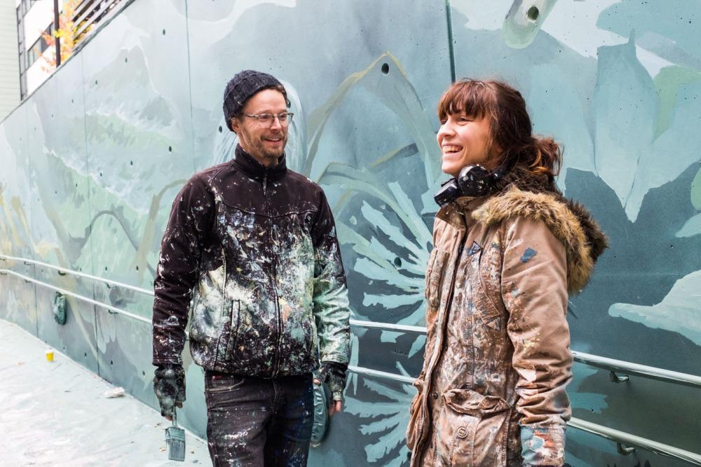 Taiteilijat Taneli Stenberg ja Anetta Lukjanova maalaavat Kalasataman Trokari-korttelissa seinämaalauksia