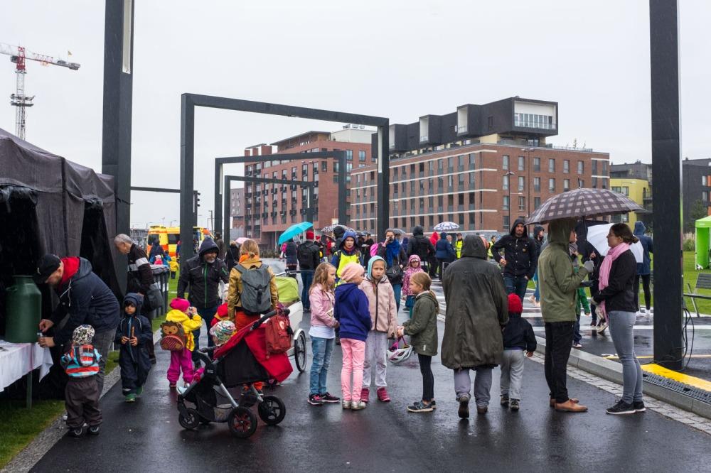 Sateesta huolimatta väkeä oli kerääntynyt Kalasatamanpuiston avajaisiin