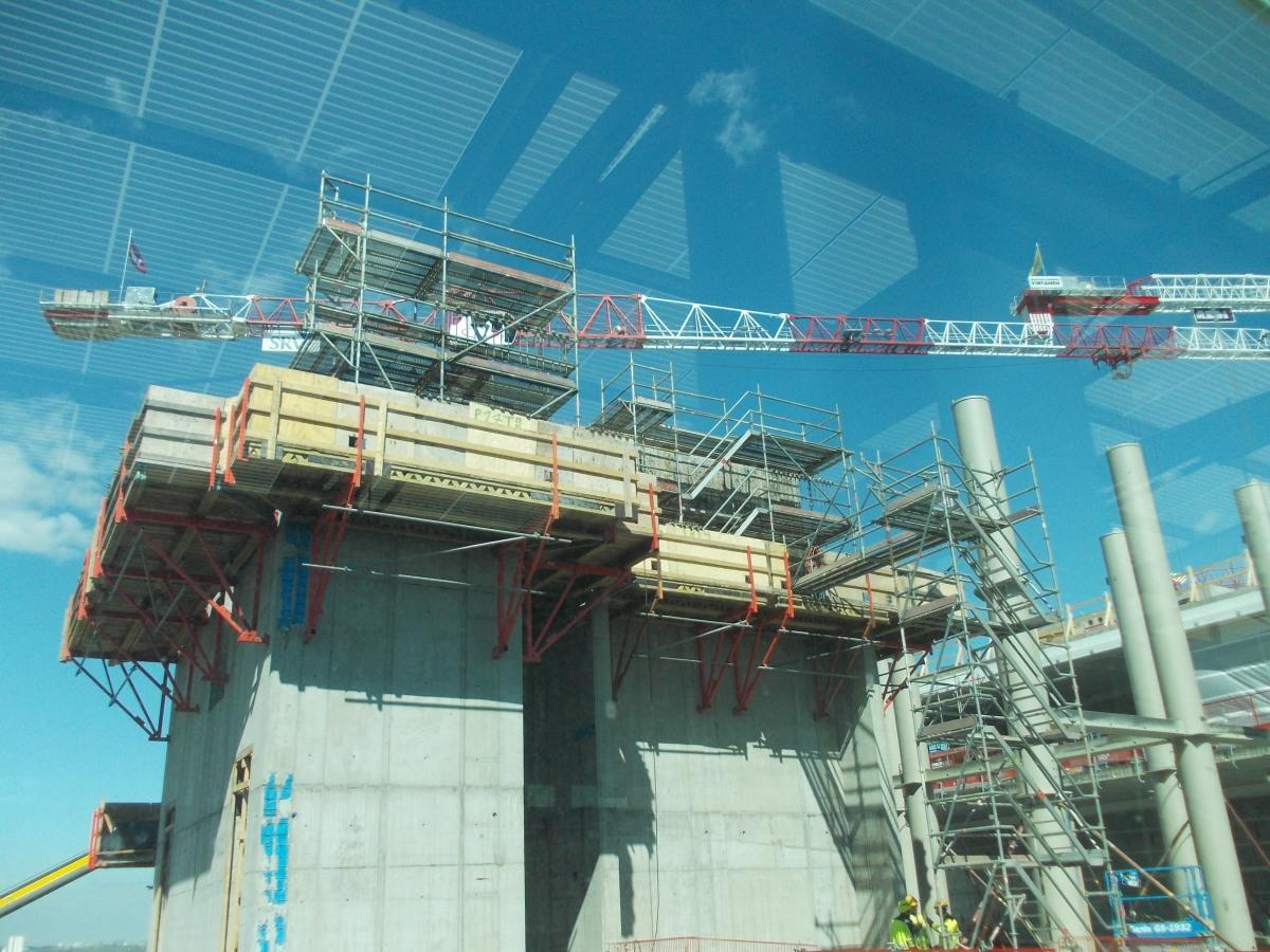 Metrolaiturilta avautuvat hulppeat näköalat Kalasataman jättityömaalle