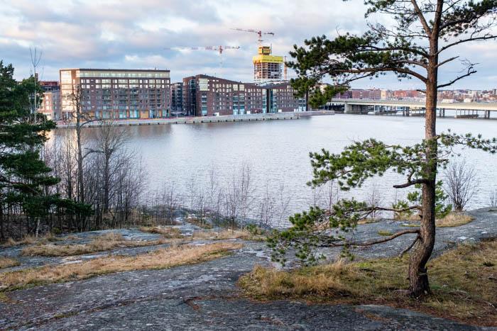 Kalasataman Sörnäistenniemi Mustikkamaan kallioilta kuvattuna 24.12.2017.