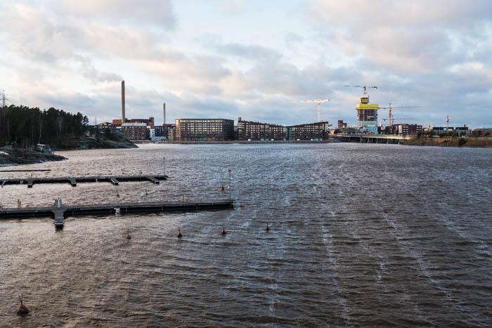 Mustikkamaansilta - Kuvissa Kalasataman Sörnäistenniemi ja rakenteilla oleva REDIn Majakka-tornitalo
