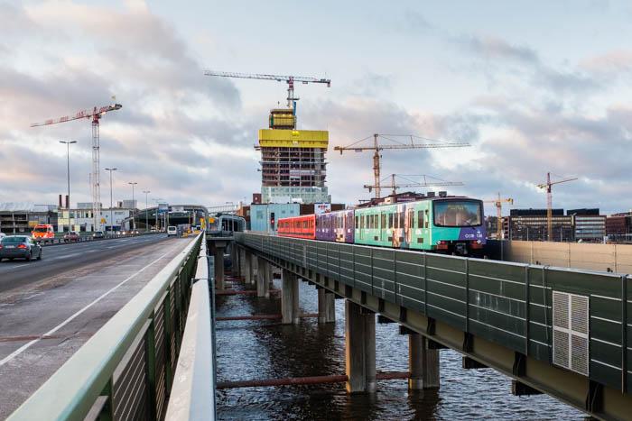 Majakka-tornitalo kohoaa Kauppakeskus REDIn yläpuolella. Metro kiitää ohi kohti Kalasataman metroasemaa. Kuva otettu Kulosaaren sillalta Itäväylän jalkakäytävältä.
