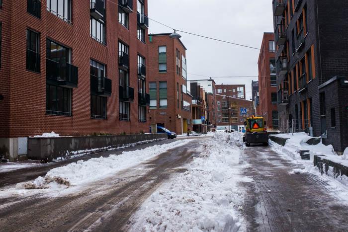 Torstaina 1.2.2018 Helsingissä pyrytti lunta paikoin yli 20 cm. Seuraavana päivänä Sörnäistenniemen katuja aurattiin vielä puoliltapäivin. Kuva Antareksenkadulta.