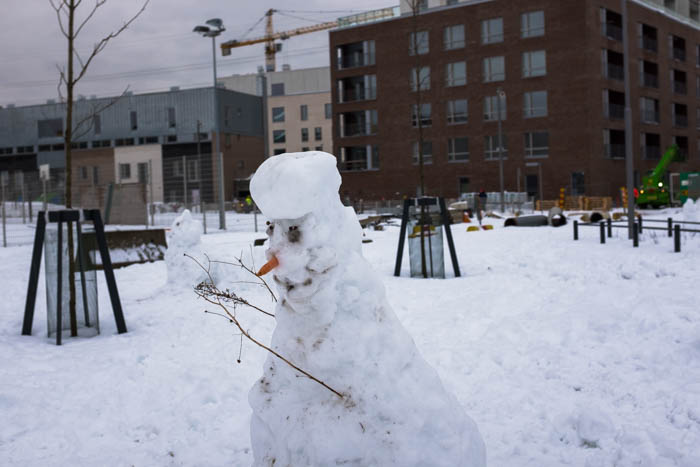 Lumiukko Kalasataman peruskoulun ja päiväkodin lähellä 2.2.2018.